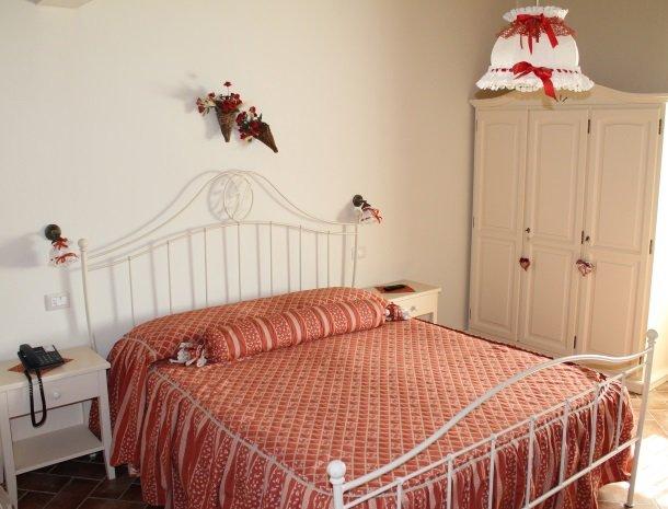 agriturismo-san-lorenzo-rapolano-slaapkamer-bed.jpg