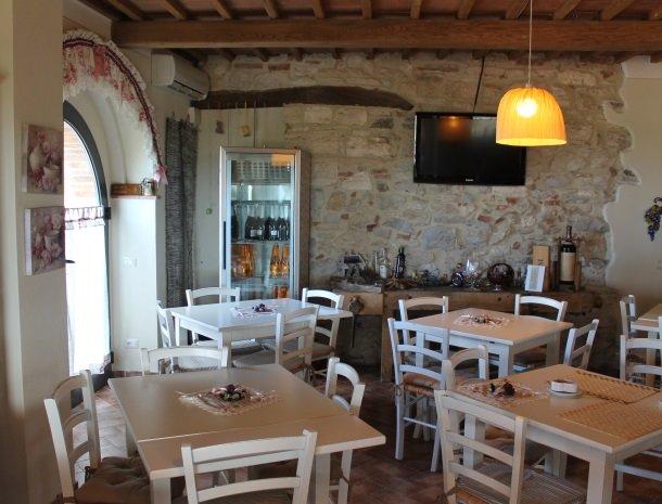 agriturismo-san-lorenzo-rapolano-ontbijtruimte-tafels.jpg