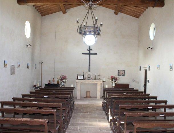 agriturismo-san-lorenzo-rapolano-kerk-binnen.jpg
