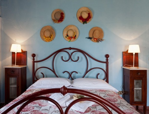 agriturismo-pieve-sprenna-slaapkamer-hoed.jpg