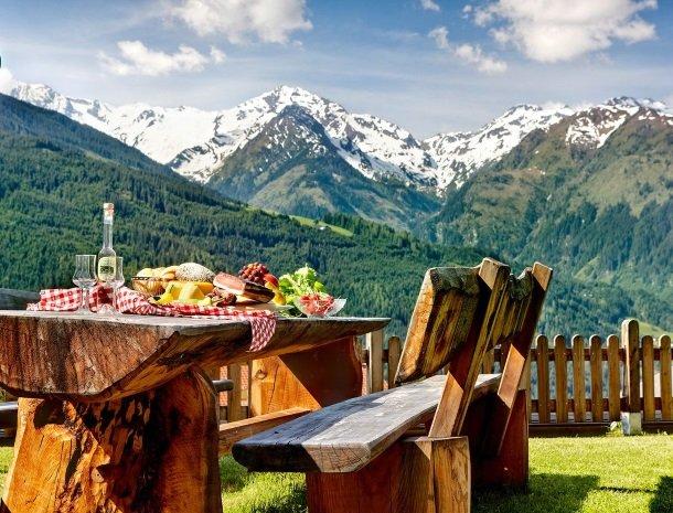alpenhof-mittersill-eten-buiten.jpg