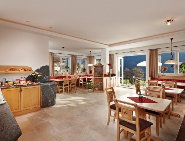 alpenhof-mittersill-ontbijtruimte.jpg