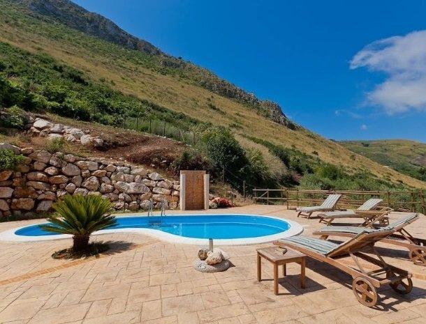 villa celeste sicilie zwembad ligstoelen.jpg