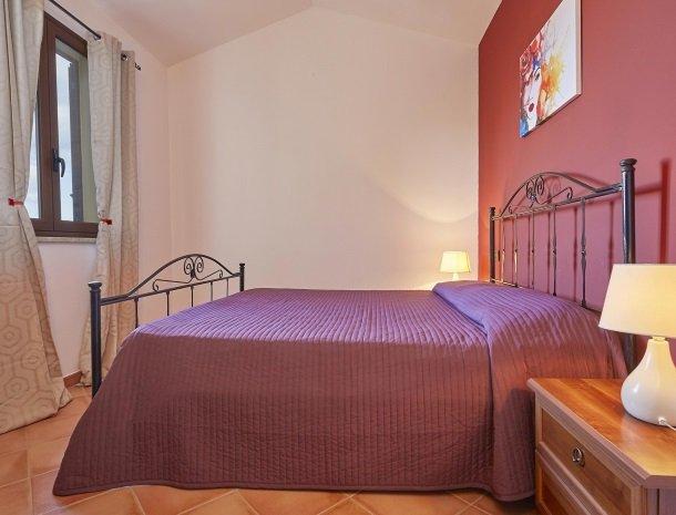 villa olimpia sicilie slaapkamer paars.jpg