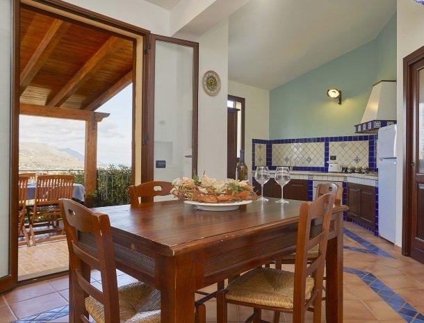 villa olimpia sicilie eettafel keuken.jpg