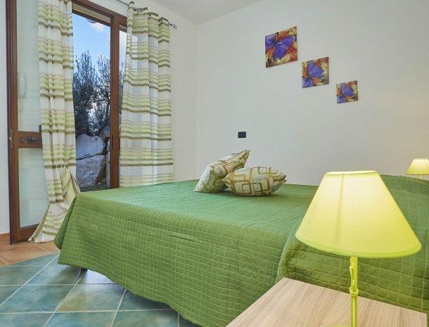 villa olimpia sicilie slaapkamer deur beneden.jpg