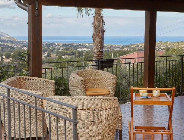 villa olimpia sicilie terras uitzicht zee.jpg