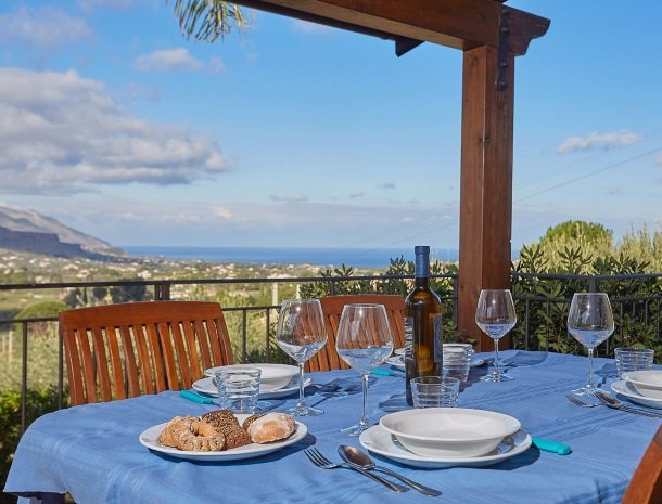 villa olimpia sicilie terras tafel.jpg