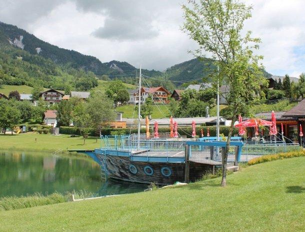baerenwirt-aich-steiermark-badesee-boot-terras.jpg