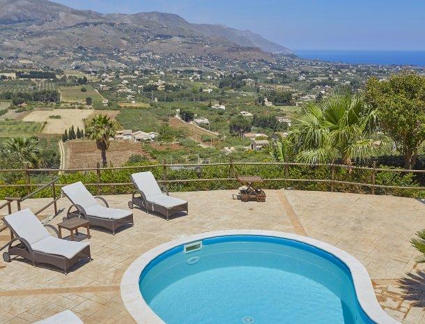 villa-celeste-scopello-zwembad-ligstoelen.jpg