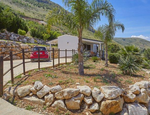 villa-celeste-scopello-huis-tuin-parkeren.jpg