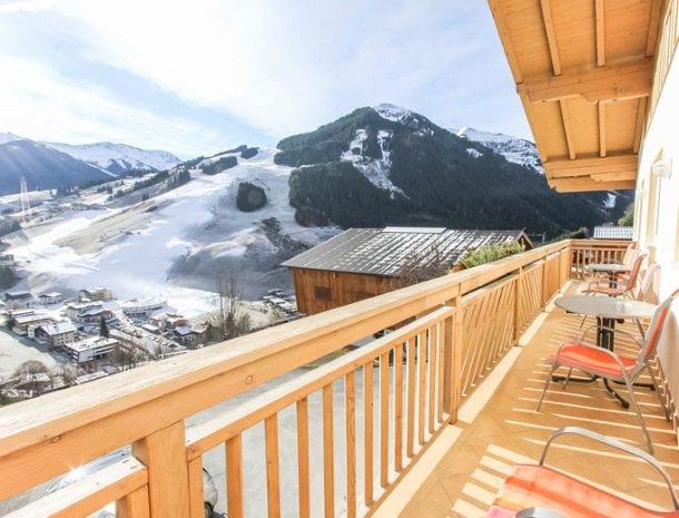 ferienhof-pfefferbauer-hinterglemm-winter-balkon.jpg