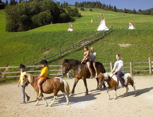 hotel-eggerhof-saalbach-almhut-pony-rijden.jpg