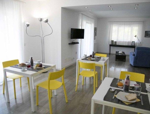 villa-nesea-cefalu-tafels-ontbijt.jpg