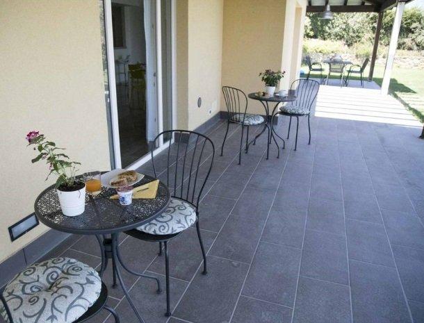 villa-nesea-cefalu-ontbijt-buiten.jpg
