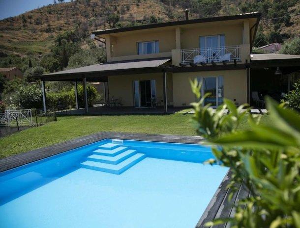 villa-nesea-cefalu-zwembad.jpg