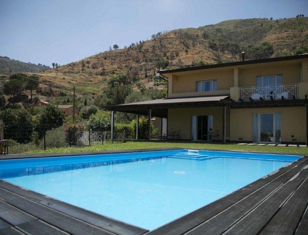 villa-nesea-cefalu-tuin-zwembad.jpg