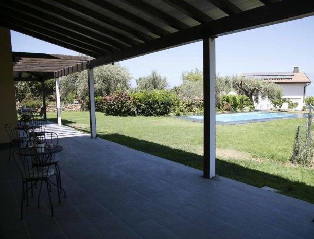 villa-nesea-cefalu-terras-zwembad.jpg