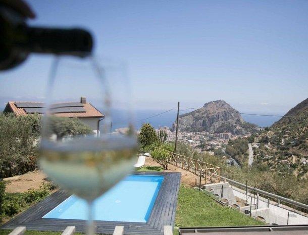 villa-nesea-cefalu-wijn-uitzicht.jpg
