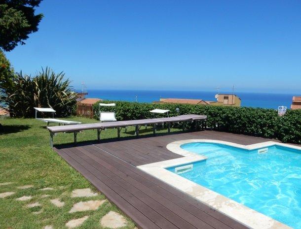 villa-di-giorgi-cefalu-zwembad-zee.jpg