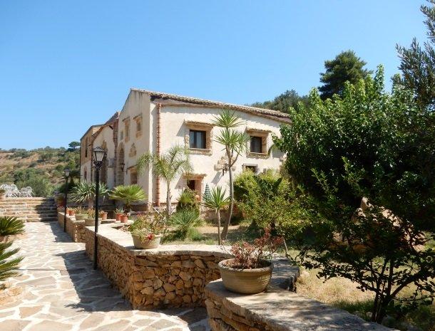 casale-del-golfo-castellammare-tuin-overzicht.jpg