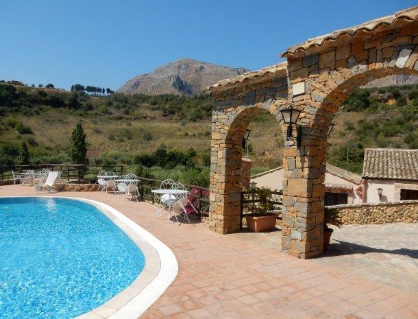 casale-del-golfo-castellammare-zwembad-poort.jpg