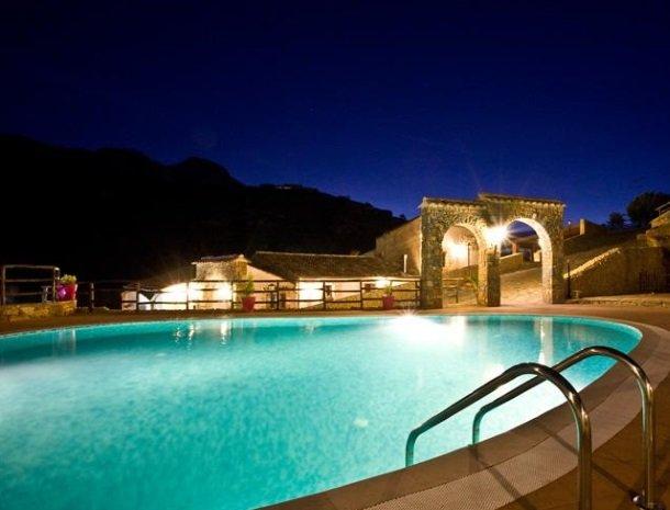 casale-del-golfo-castellammare-zwembad-avond.jpg