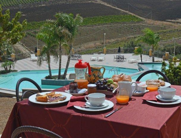 agriturismo-arcudaci-sicilie-ontbijt-uitzicht.jpg