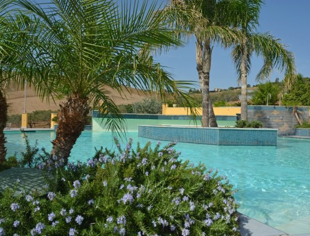 agriturismo-arcudaci-sicilie-zwembad-palm.jpg