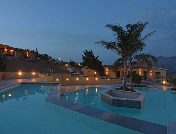 agriturismo-arcudaci-sicilie-zwembad-avond.jpg
