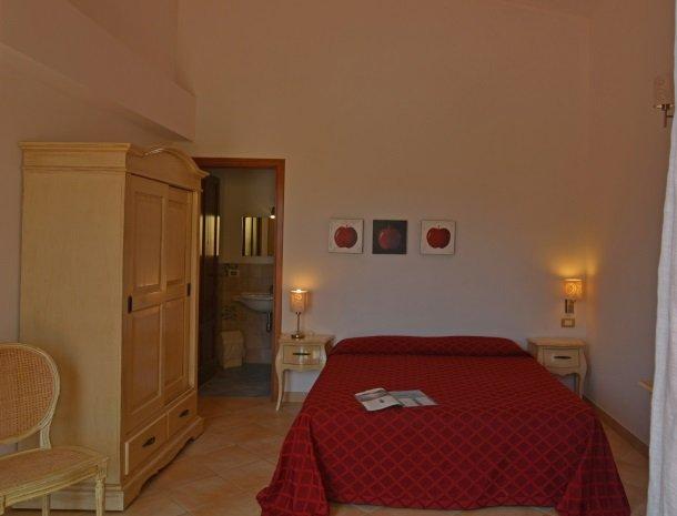 agriturismo-arcudaci-sicilie-slaapkamer-rood.jpg