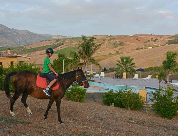 agriturismo-arcudaci-sicilie-paardrijden-kind.jpg