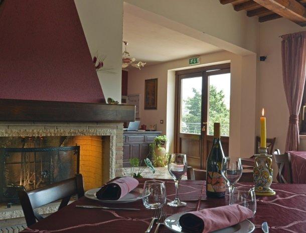 agriturismo-arcudaci-sicilie-restaurant-openhaard.jpg