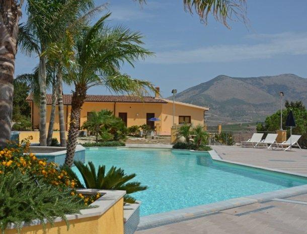 agriturismo-arcudaci-sicilie-zwembad-tuin.jpg