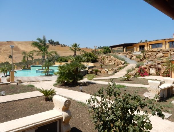 agriturismo-arcudaci-west-sicilie-overzicht-tuin.jpg