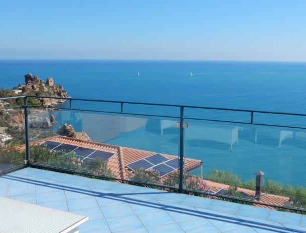 residence-magara-cefalu-sicilie-terras-zee-boten.jpg