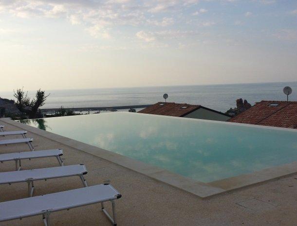 residence-magara-cefalu-sicilie-uitzicht-zee-avond.jpg