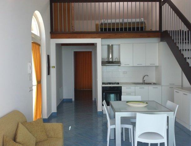 residence-magara-cefalu-sicilie-keuken-open-zolder.jpg