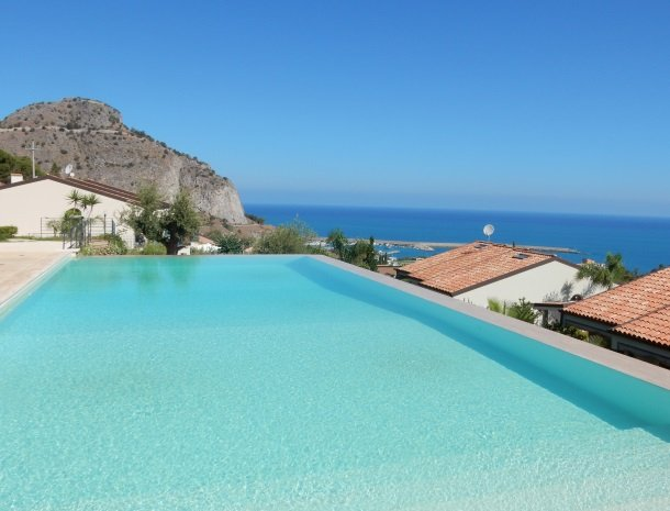 residence-magara-cefalu-sicilie-zwembad-zee.jpg
