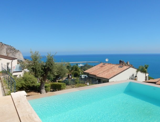 residence-magara-cefalu-sicilie-zwembad-uitzicht-zee.jpg