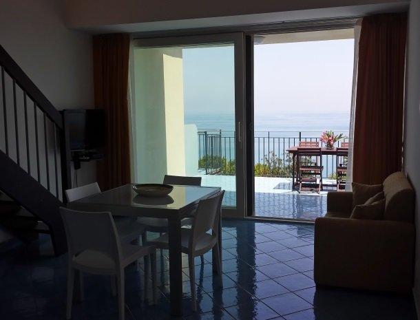 residence-magara-cefalu-sicilie-woonkamer-terras.jpg