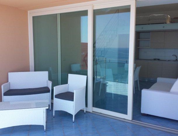 residence-magara-cefalu-sicilie-terras-keuken.jpg