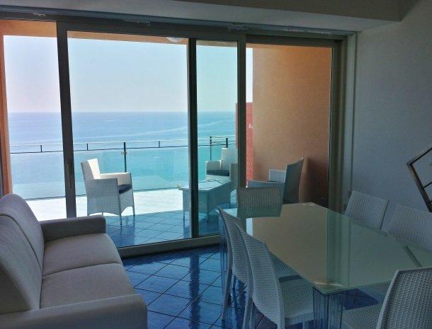 residence-magara-cefalu-sicilie-woonkamer-terras-zee.jpg