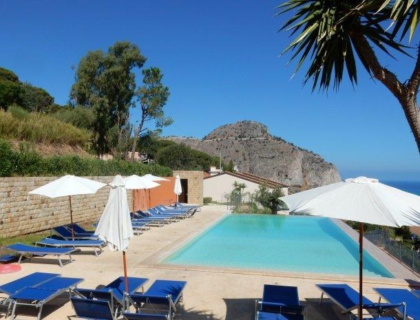 residence-magara-cefalu-sicilie-zwembad-ligstoelen.jpg