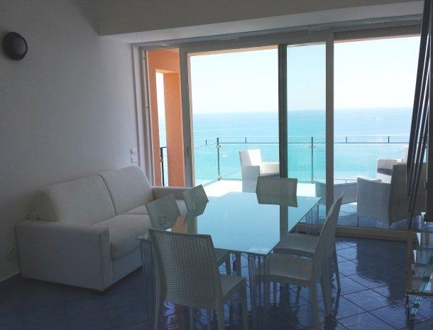 residence-magara-cefalu-sicilie-woonkamer-zee.jpg