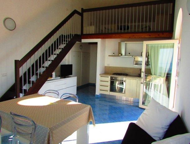 residence-magara-cefalu-sicilie-keuken-open-zolder-appartement.jpg