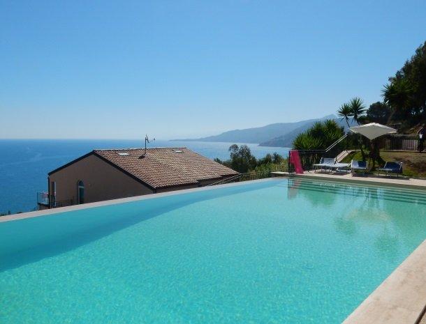 residence-magara-cefalu-sicilie-zwembad-zee-appartementen.jpg