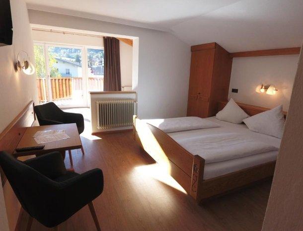 adler hotel-pension-fulpmes-stubaital-slaapkamer-zitje.jpg