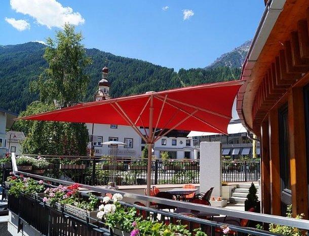 adler hotel-pension-terras-zomer-genieten-drankje-oostenrijk.jpg
