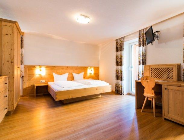 adler hotel-pension-fulpmes-stubaital-slaapkamer.jpg